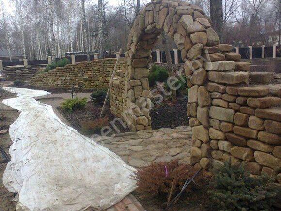 Забор и арка из натурального камня
